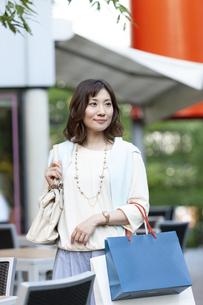 ショッピングバッグを持つ女性の写真素材 [FYI04637343]