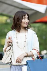 ショッピングバッグを持つ女性の写真素材 [FYI04637344]