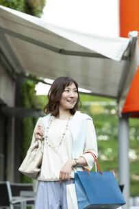 ショッピングバッグを持つ笑顔の女性の写真素材 [FYI04637345]