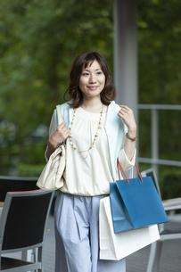 ショッピングバッグを持つ笑顔の女性の写真素材 [FYI04637348]