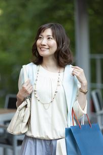 ショッピングバッグを持つ笑顔の女性の写真素材 [FYI04637349]