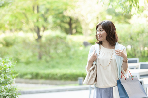 ショッピングバッグを持つ笑顔の女性の写真素材 [FYI04637350]