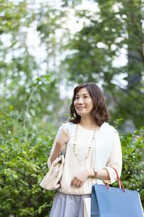 ショッピングバッグを持つ笑顔の女性の写真素材 [FYI04637356]