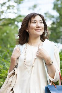 ショッピングバッグを持つ笑顔の女性の写真素材 [FYI04637357]