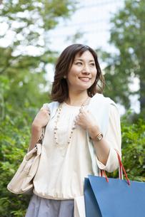 ショッピングバッグを持つ笑顔の女性の写真素材 [FYI04637358]