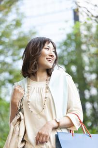 ショッピングバッグを持つ笑顔の女性の写真素材 [FYI04637360]