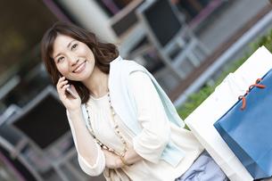 電話をする女性の写真素材 [FYI04637362]