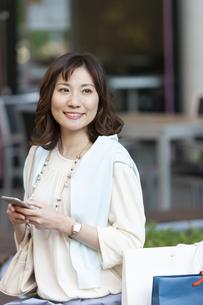 スマートフォンを持つ女性の写真素材 [FYI04637366]
