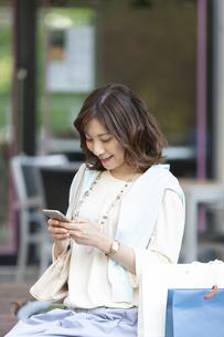 スマートフォンを持つ女性の写真素材 [FYI04637367]