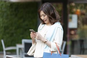 スマートフォンを持つ女性の写真素材 [FYI04637368]