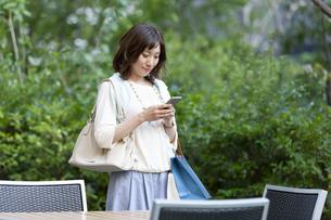 スマートフォンを持つ女性の写真素材 [FYI04637369]