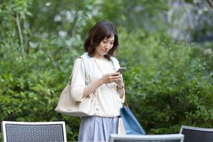 スマートフォンを持つ女性の写真素材 [FYI04637370]