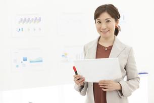 資料を持つビジネス女性の写真素材 [FYI04637503]