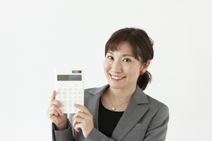 電卓持っているビジネスウーマンの写真素材 [FYI04637561]