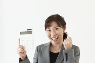 電卓持っているビジネスウーマンの写真素材 [FYI04637562]