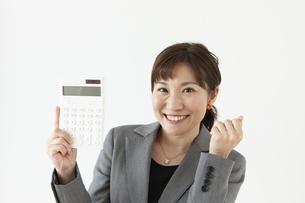 電卓持っているビジネスウーマンの写真素材 [FYI04637563]