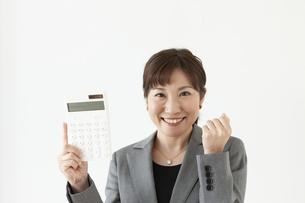 電卓持っているビジネスウーマンの写真素材 [FYI04637565]