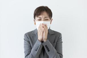 咳き込むビジネスウーマンの写真素材 [FYI04637592]