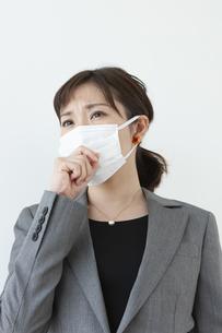 咳をするビジネスウーマンの写真素材 [FYI04637598]