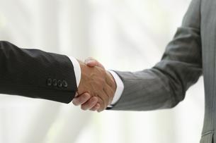 握手するビジネスマン2人の写真素材 [FYI04637734]
