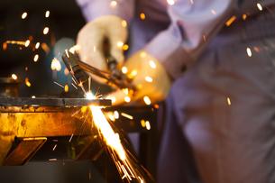 工場で働く男性の写真素材 [FYI04637843]