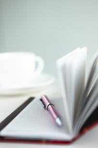 手帳とペンとカップアンドソーサーの写真素材 [FYI04637939]