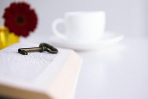 本と鍵と花とカップアンドソーサーの写真素材 [FYI04637940]