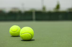 テニスボールとテニスコートの写真素材 [FYI04637946]