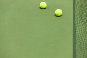 テニスボールとテニスコートの写真素材 [FYI04637948]
