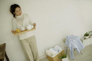 ティーセットを持ってたたずむ女性の写真素材 [FYI04638097]