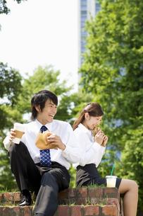 昼食を摂るスーツの男女の写真素材 [FYI04638165]