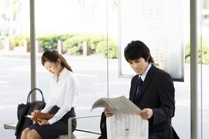 バスを待つスーツの男女の写真素材 [FYI04638175]