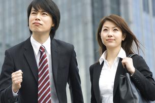 走り出そうとするビジネスマンとビジネスウーマンの写真素材 [FYI04638233]