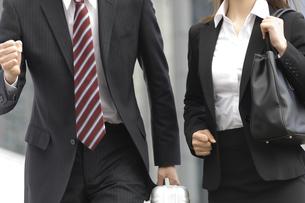 走り出そうとするビジネスマンとビジネスウーマンの写真素材 [FYI04638234]