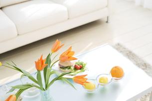 花瓶に生けられた花などがあるリビングルームの写真素材 [FYI04638246]