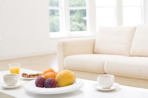 ティーセットの置いてあるテーブルとソファの写真素材 [FYI04638323]