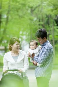 公園を歩く家族3人の写真素材 [FYI04638488]