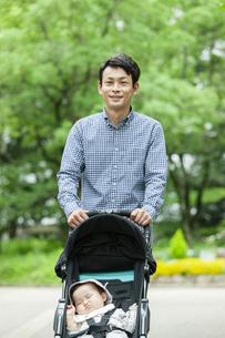 公園で散歩をする父親と赤ちゃんの写真素材 [FYI04638508]