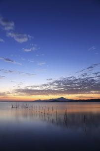 海岸から伯耆大山の日の出と秋晴れの青空の写真素材 [FYI04638593]