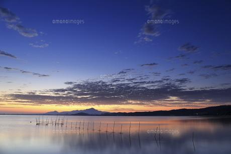 海岸から伯耆大山の日の出と秋晴れの青空の写真素材 [FYI04638594]