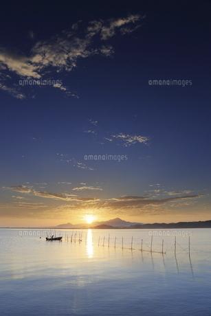 海岸から鳥取県の伯耆大山と青空に広がる日の出の写真素材 [FYI04638595]