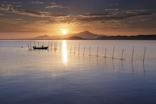 海岸から鳥取県の伯耆大山と青空の日の出の写真素材 [FYI04638596]