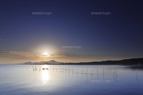 島根県の中海から見る鳥取県の伯耆大山の日の出と青空の写真素材 [FYI04638597]