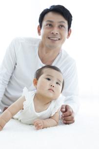 寝転ぶ父親と赤ちゃんの写真素材 [FYI04638610]