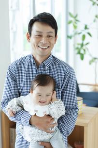 父親に抱っこされる赤ちゃんの写真素材 [FYI04638619]