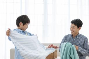 洗濯物を畳む親子の写真素材 [FYI04638624]