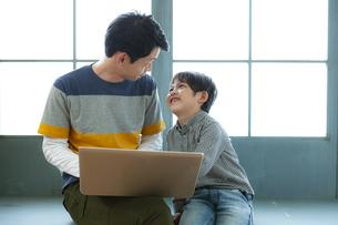 パソコンをする親子の写真素材 [FYI04638650]