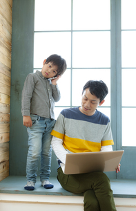パソコンをする親子の写真素材 [FYI04638654]