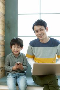 パソコンをする親子の写真素材 [FYI04638655]