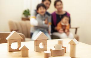 積み木と家族の写真素材 [FYI04638666]